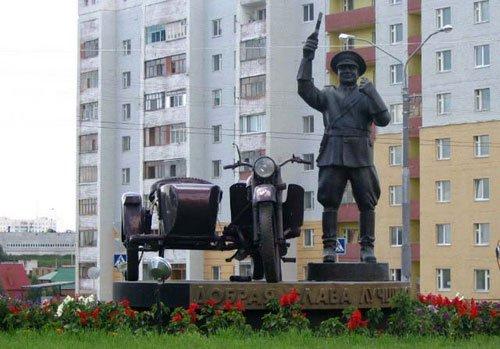 Бронзовый памятник инспектору в Белгороде