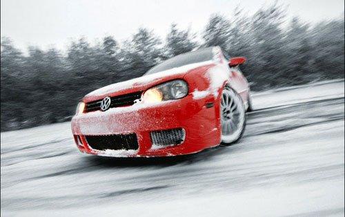 Автомобиль в управляемом заносе на зимней трассе