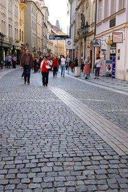 В Праге улицы вымощены брусчаткой