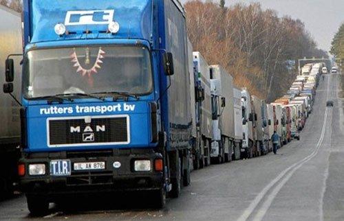 Скопление грузовиков на трассе