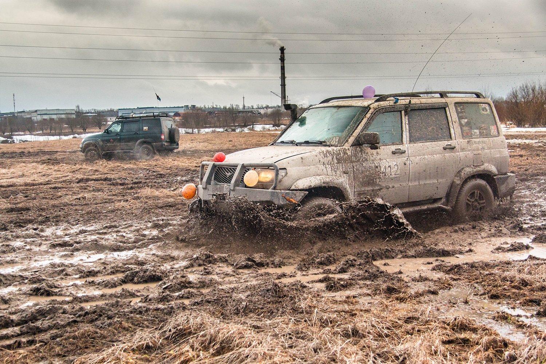 застрявшая машина в грязи