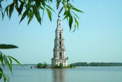 Колокольня Николаевского собора в Калязине манит туристов