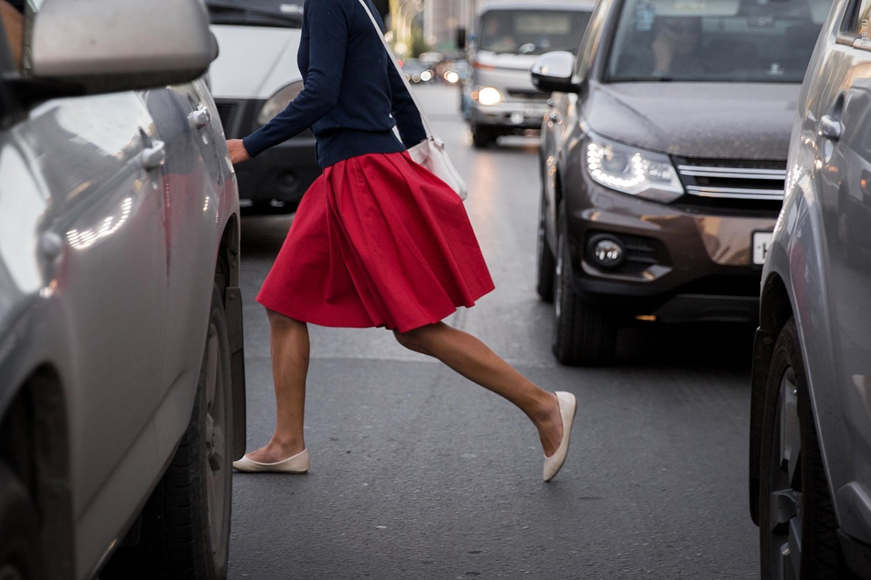 Пешеход бросается под колеса