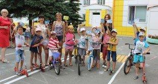 Юные велосипедисты на дорогах