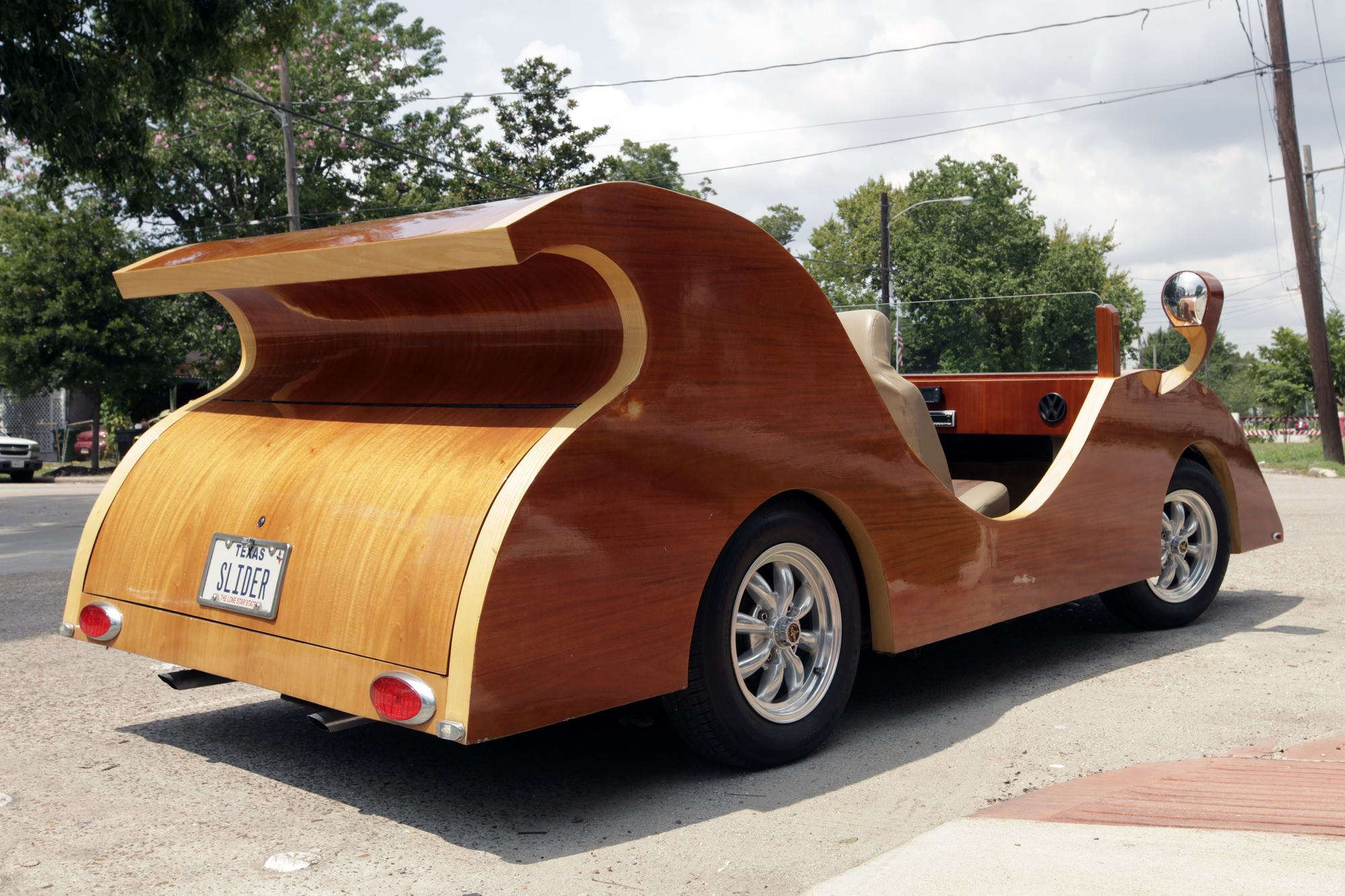 Автомобиль из дерева
