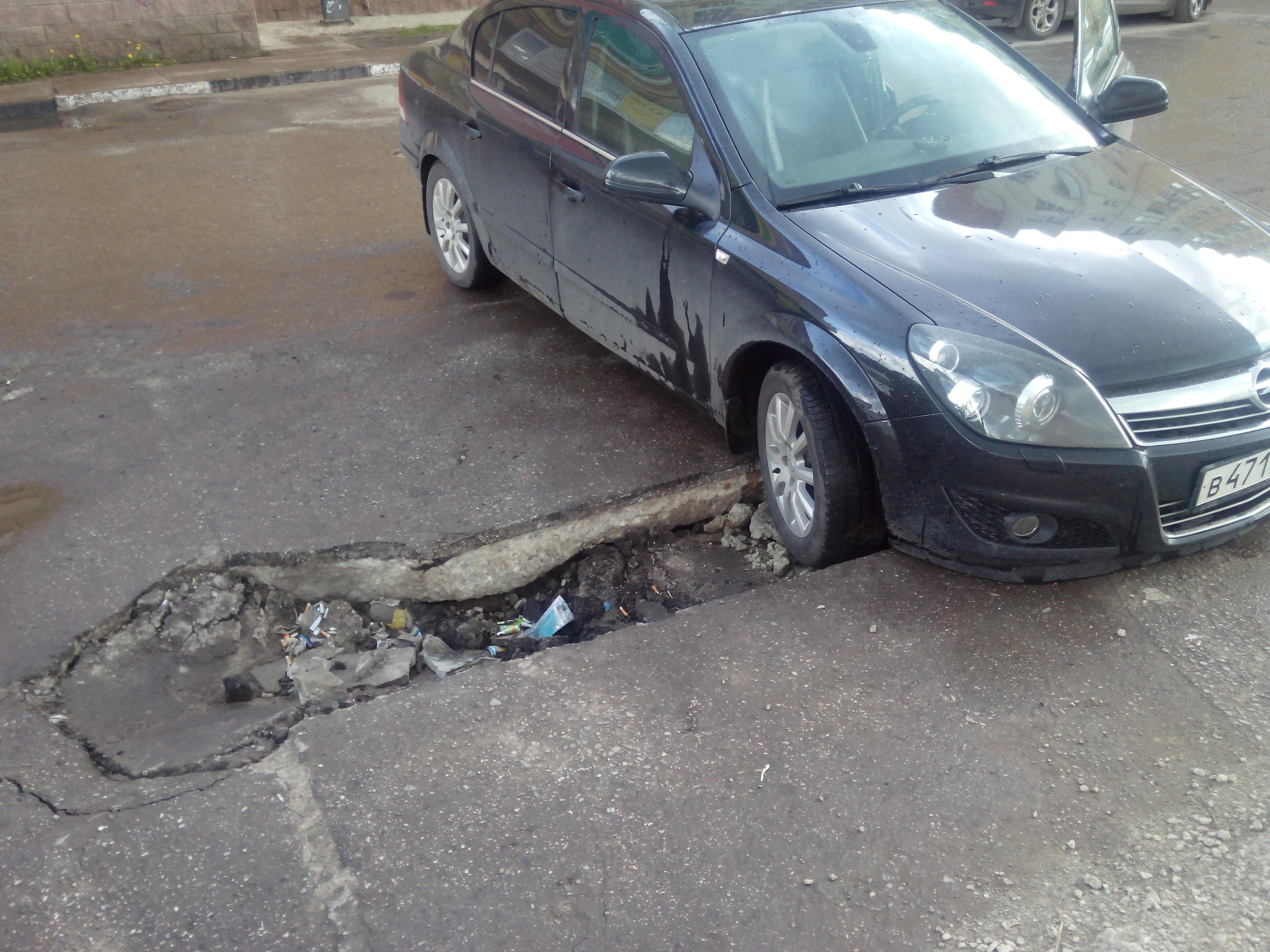 автомобиль попал в яму