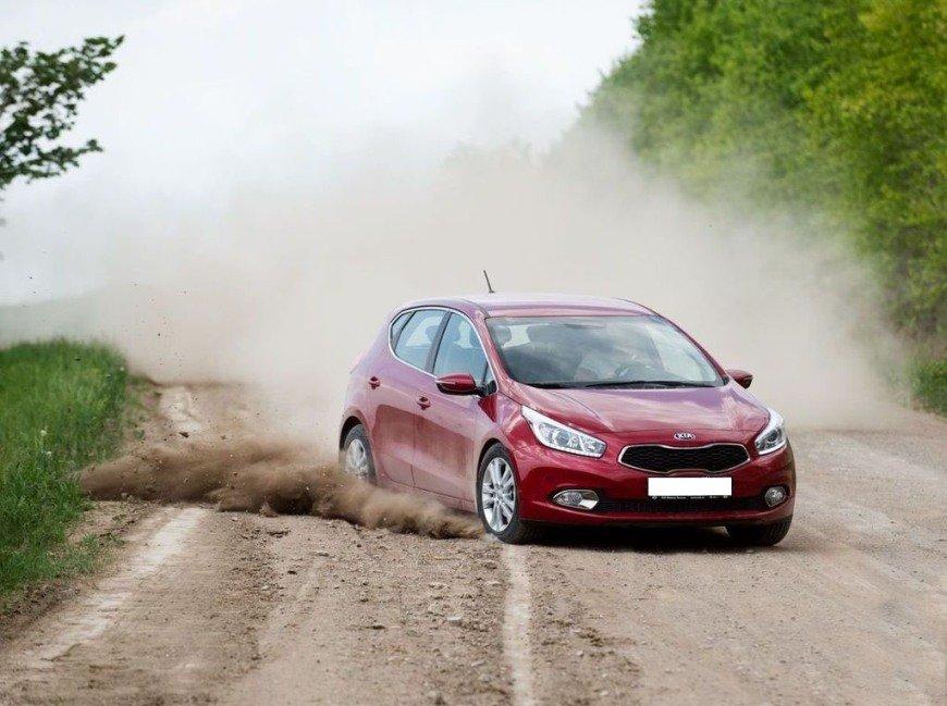 Автомобиль на грунтовой дороге