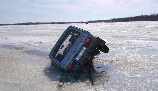 Автомобиль ушел под лед одной стороной