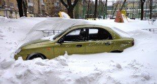Автомобиль, припаркованный в сугробе