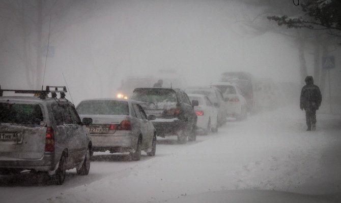 Двжение по зимней дороге в условиях плохой видимости