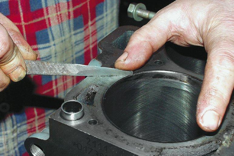 Дефектовка блока цилиндров, зачистка напильником