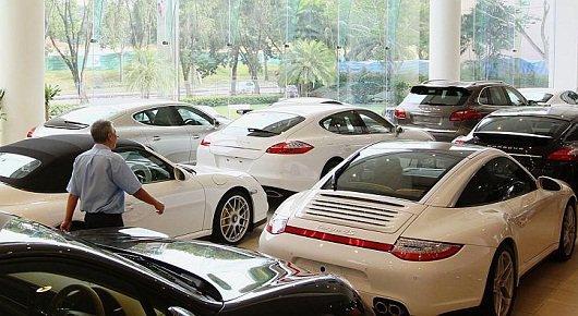 Спорткары Porsche в фирменном автосалоне