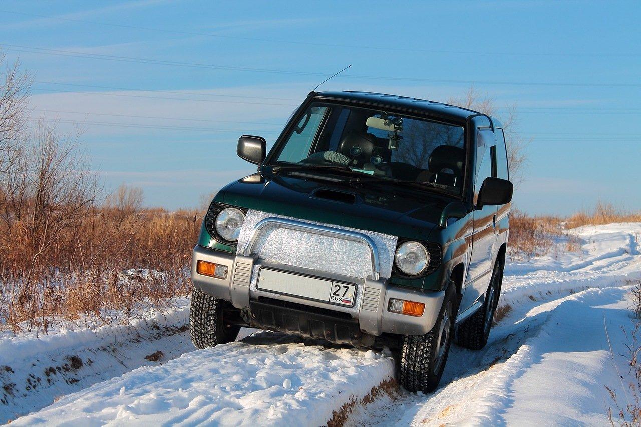 автомобиль в зимней колее
