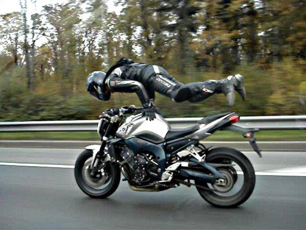 Экстремальное вождение мотоцикла на трассе