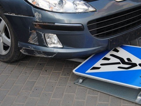 Спорткар сбил знак пешеходного перехода