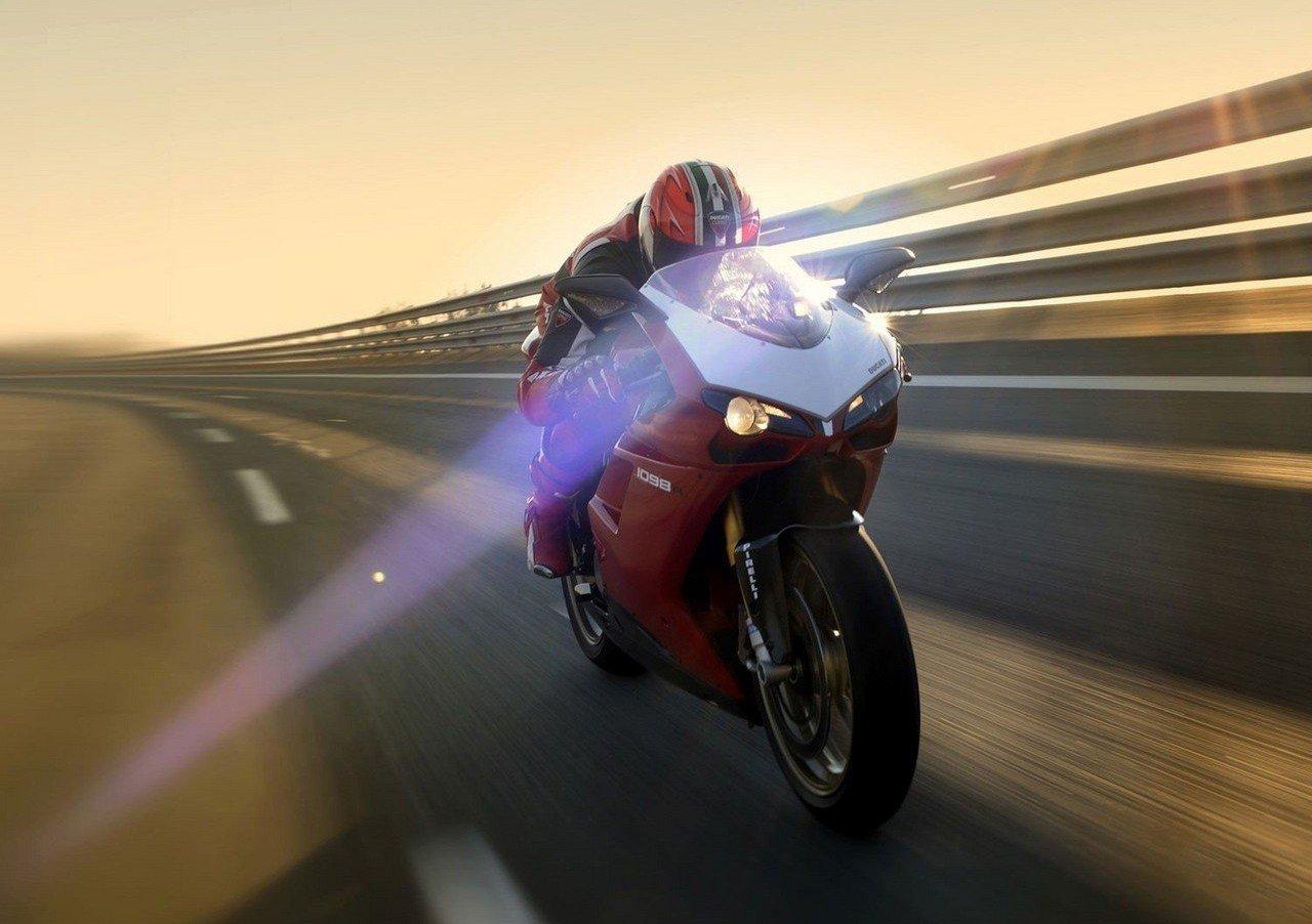 Мотоциклист на выделенке