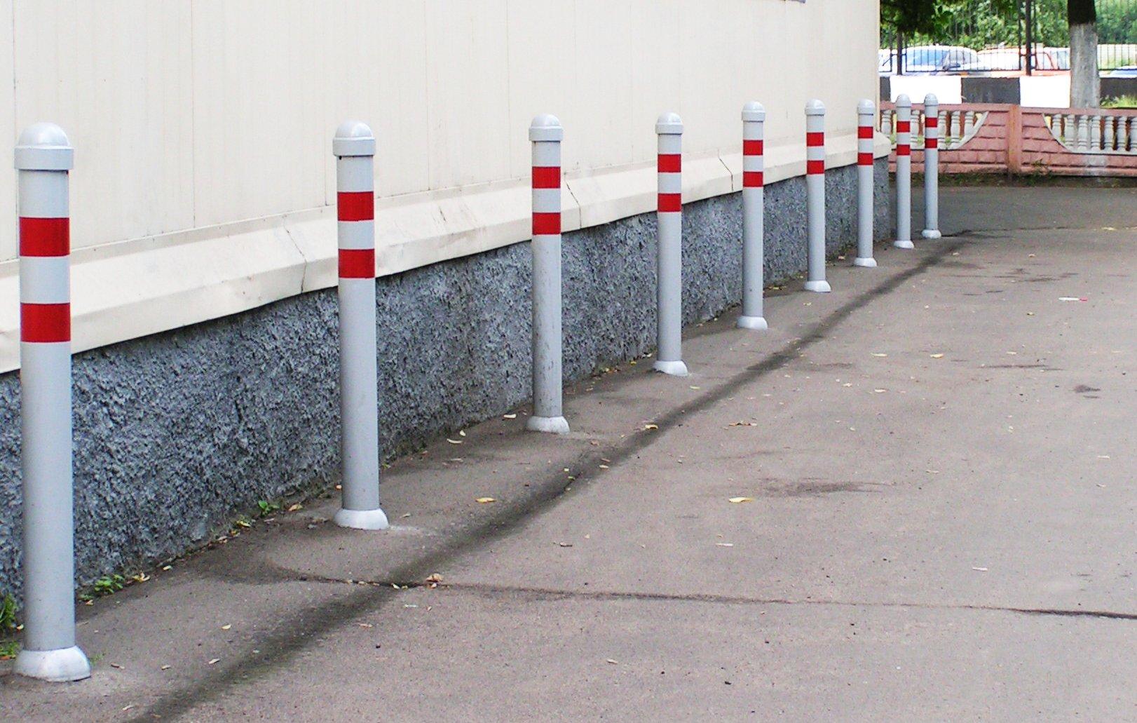 Ограничительные столбики на дороге