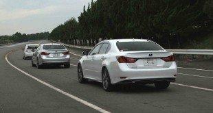 Автомобили движутся друг за другом на трассе