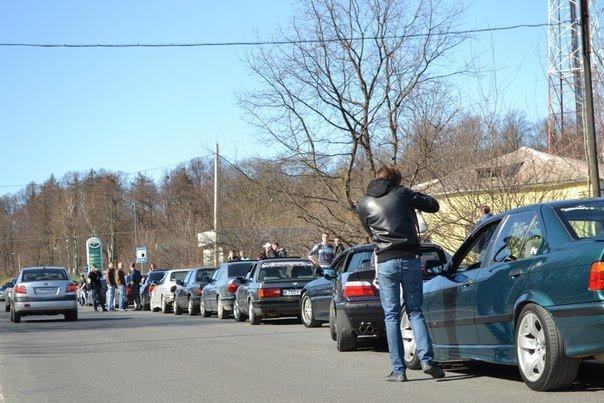 Остановка автомобильной колонны вблизи АЗС
