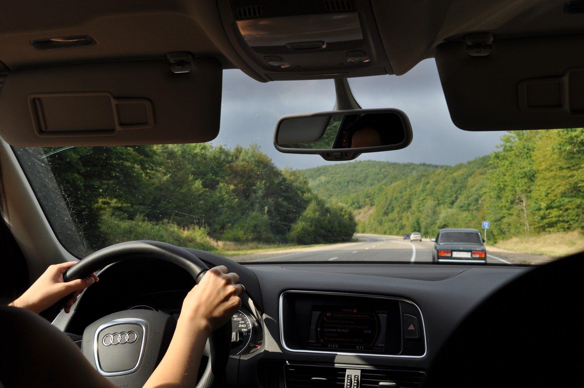 Как правильно сидеть за рулем машины?