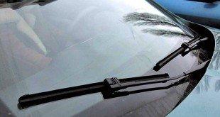 Автомобильные стеклоочистители в работе