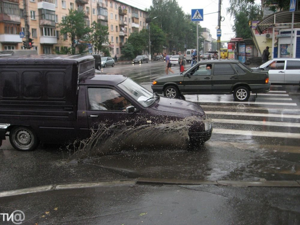 Прием поворота на дороге в дождь