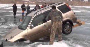 Достаем автомобиль из подо льда