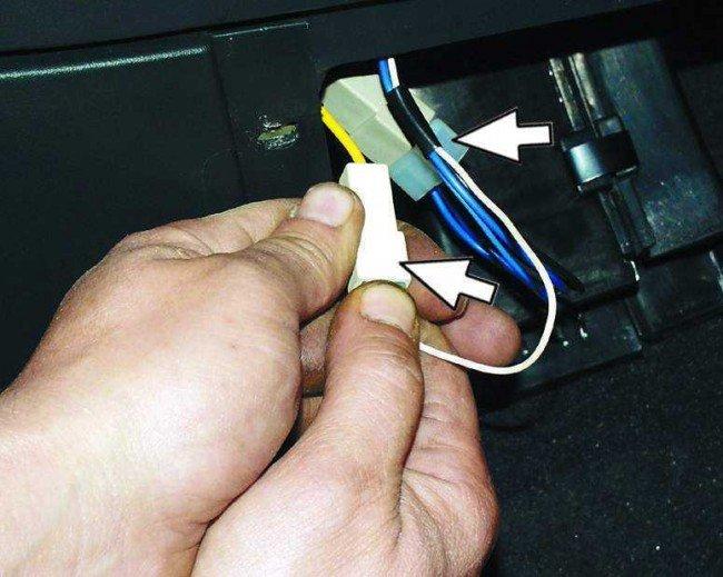 Разъединение колодок прикуривателя ВАЗ 2110