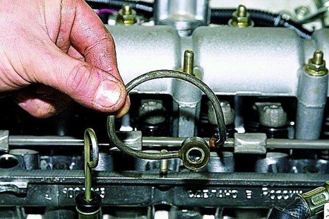 Трубопроводотворачиваетсяв противоположную сторону от уплотнительных колец со стойками рампы