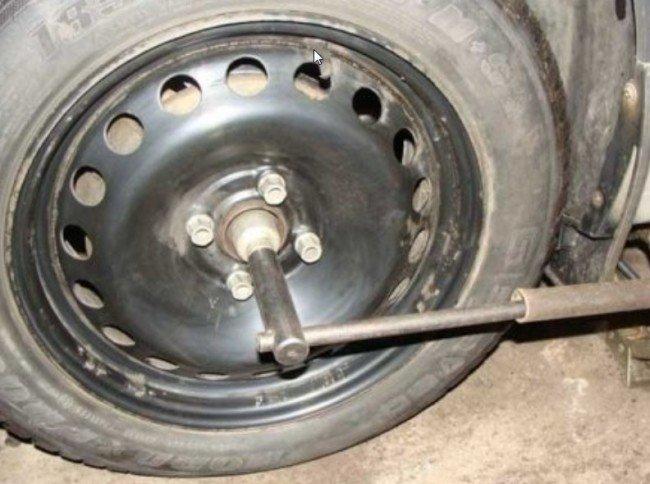 Ослабление гайки ступицы переднего колеса Рено Логан