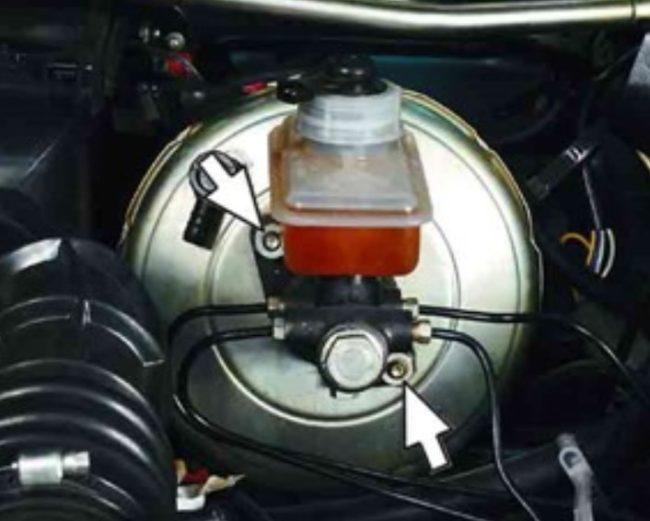 Откручивание крепёжных гаек тормозного цилиндра автомобиля ВАЗ 2110