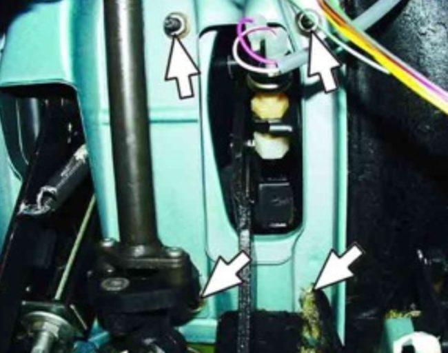 Откручиваются 4 гайки тормозного кронштейна ВАЗ 2110