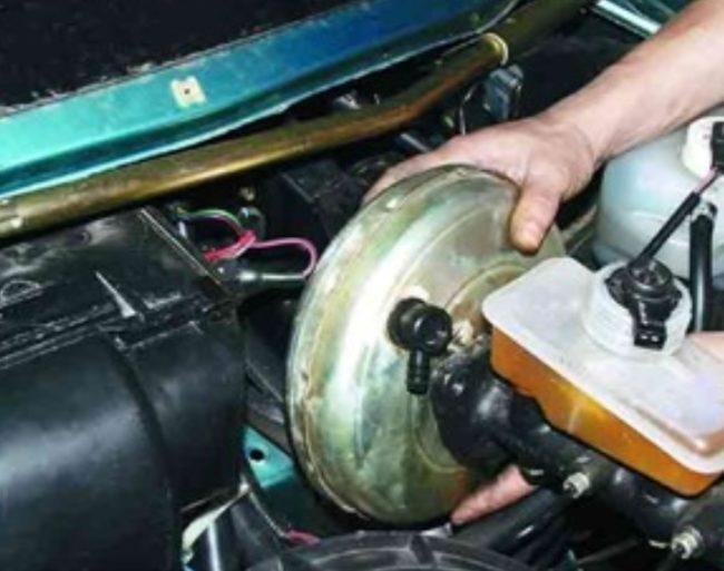 ВУТ автомобиля ВАЗ 2110 извлекается наружу