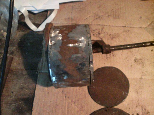 Установка болтов в самодельный съемник ступичного подшипника