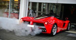 Дым из выхлопной трубы Ferrari