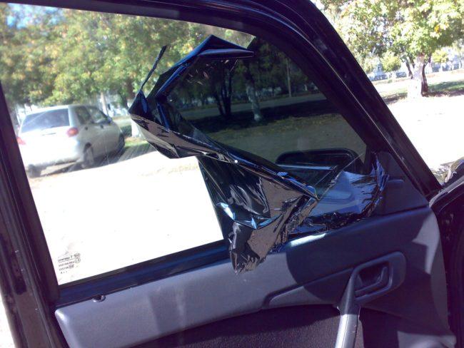 Отклеивание тонировки со стекла автомобиля