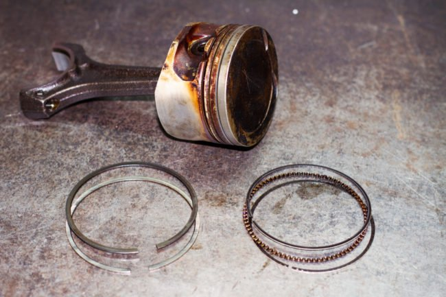 Изношенный поршень и поршневые кольца