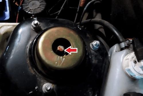 Ослабление гайки штока амортизатора ВАЗ 2109