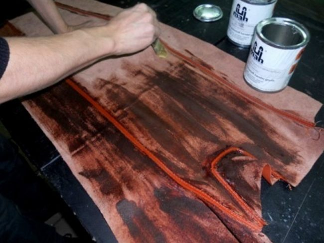 Нанесение клея на кожу чехла