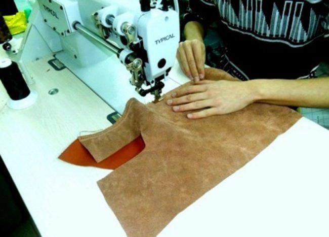 Сшивание фрагментов кожи для чехла торпедо