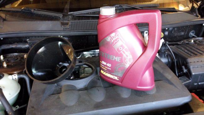 Доливание моторного масла