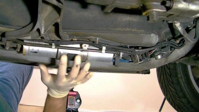 Снятие топливного фильтра с днища машины