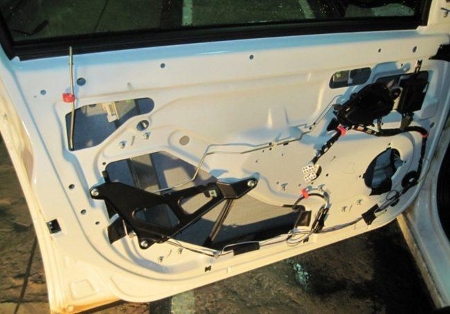 Дверь автомобиля без обшивки
