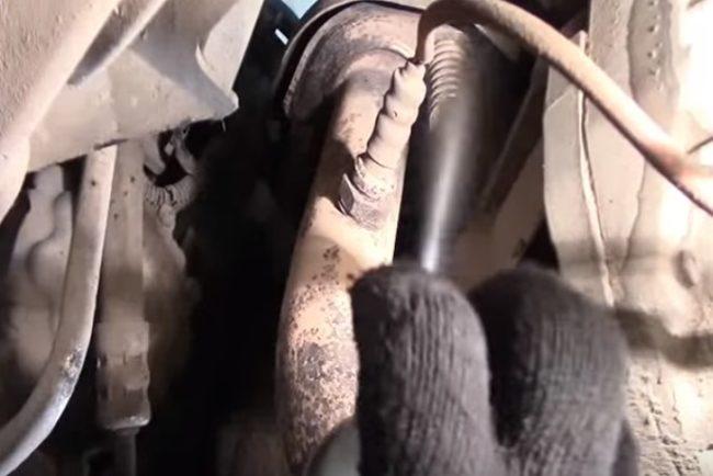 Обработка ржавых болтов глушителя «Рено Логан»