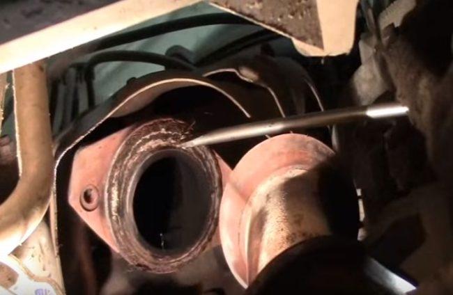 Срубание прокладки глушителя «Рено Логан»