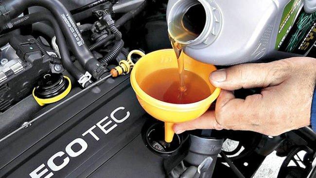 Доливка масла в двигатель авто