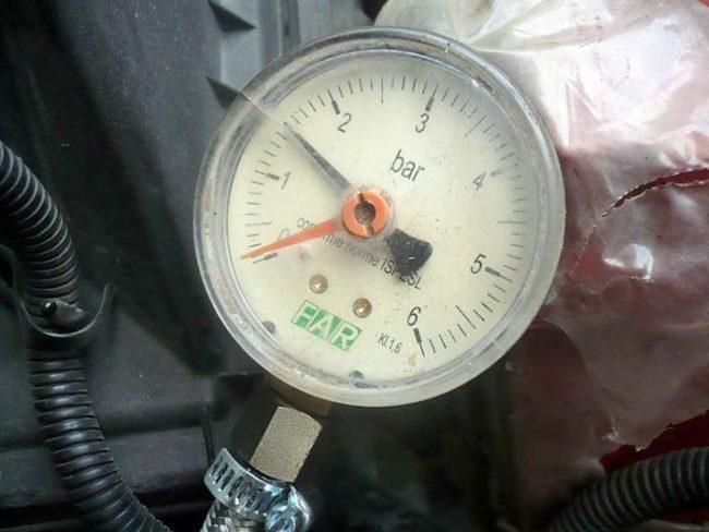 Измерение давления масла механическим манометром