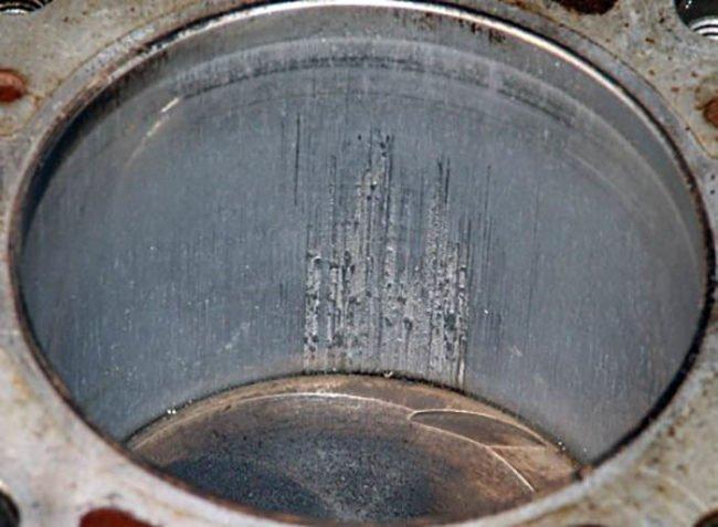 Повреждённая стенка одного из цилиндров двигателя