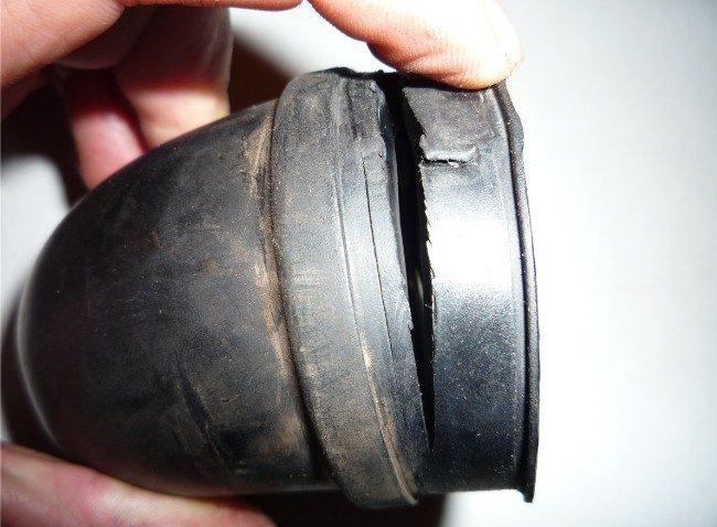 Сломанный патрубок помпы
