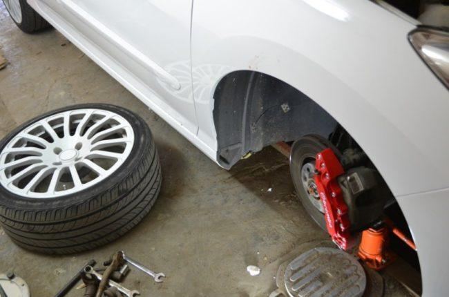 Снятие переднего колеса «Пежо 307» для ремонта